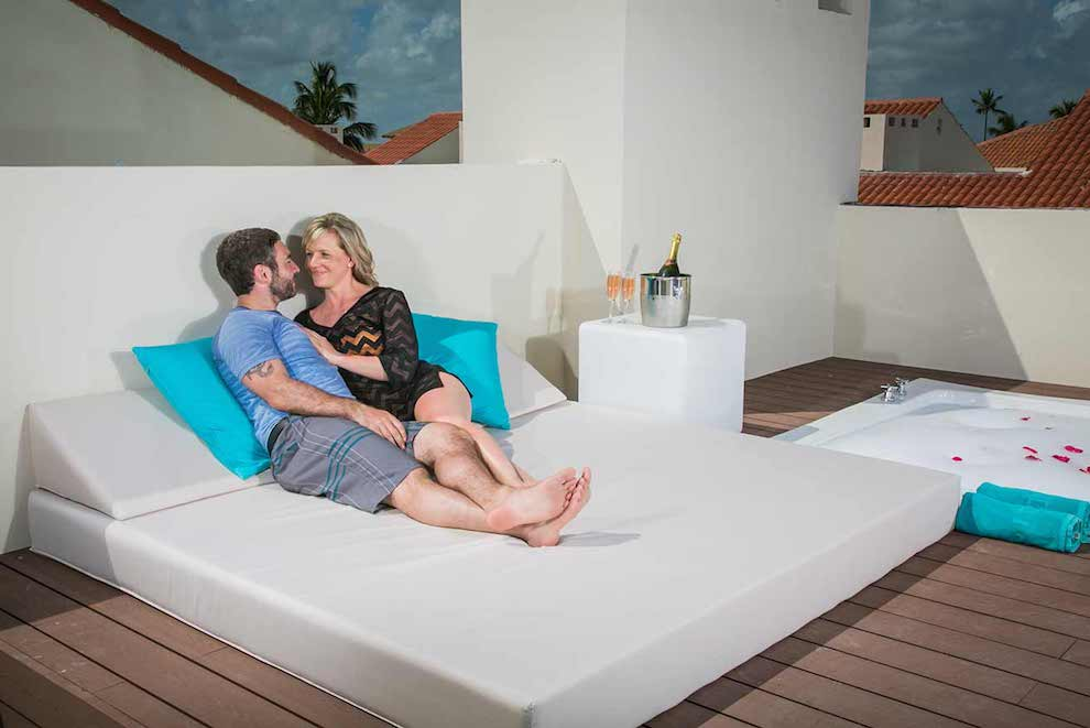 Family-Club-Sky-View-Suite-terrace-bed