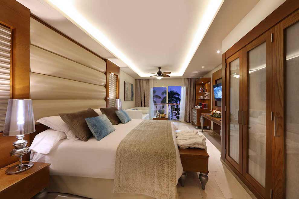 Mirage-Club-Sky-View-Suite-bed-lateral