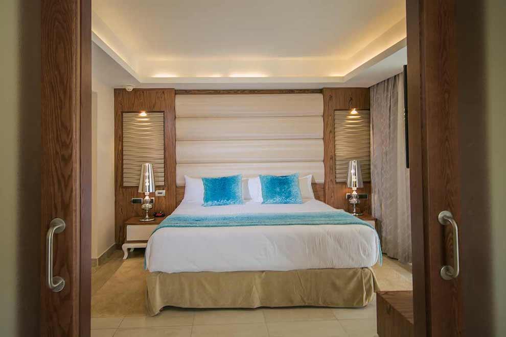 Mirage-Club-Swim-Up-Suite-bed-blue