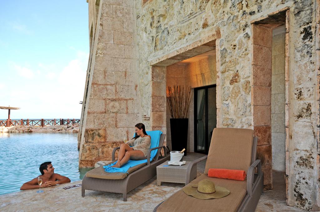 Sanctuary-Cap-Cana-Castle-Junior-Suite-Swim-Out-Exterior-Couple-By-Pool