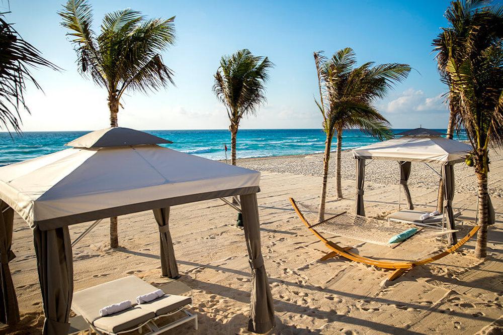 AA-beach-hammock-aerial-le-blanc-spa-resort-cancun-gallery-image3-9abr-900×600