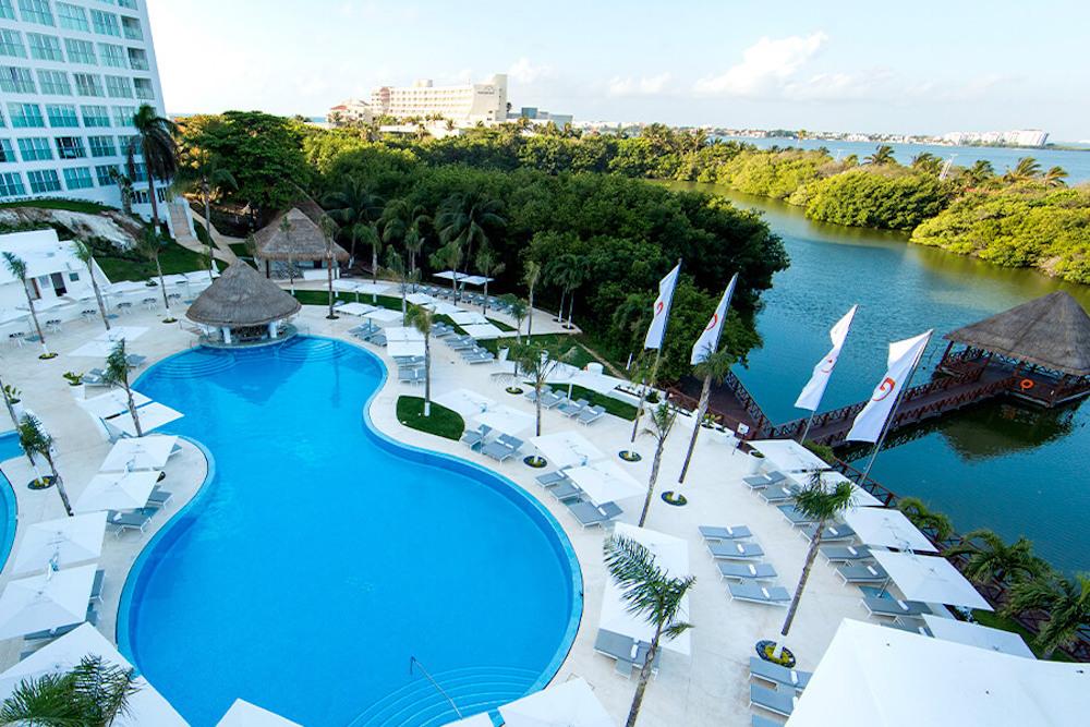 BB-pool-aerial-le-blanc-spa-resort-cancun-gallery-image4-9abr-900×600