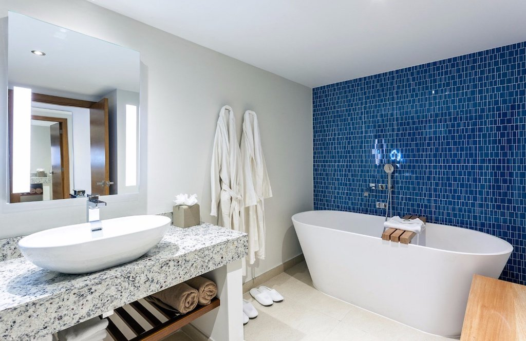 SONESTA_OP_deluxe_one_bedroom_suite_bathroom_2