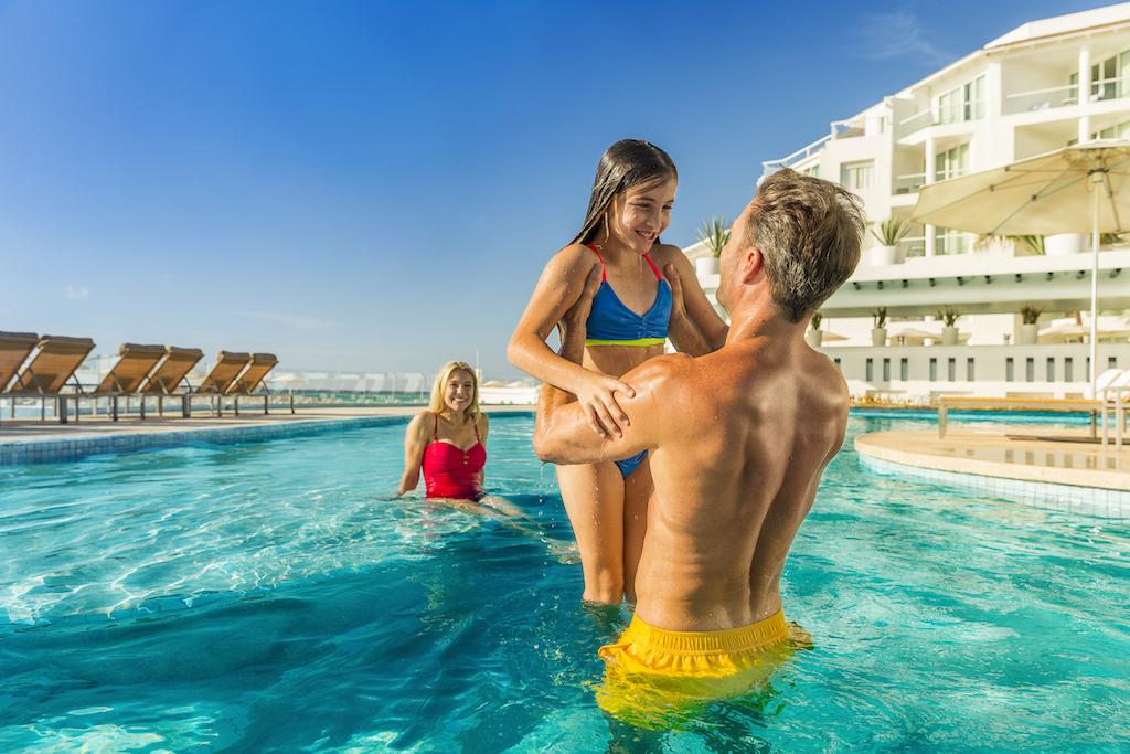 Playacar_Palace-Family at pool 2