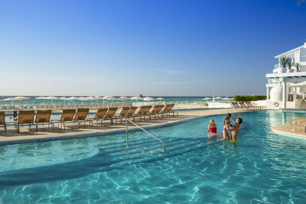 Playacar_Palace-Family at pool