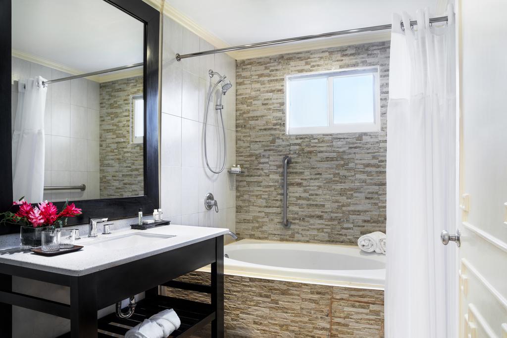 MBJPCQQ_Butler_Serviced_Jr_Suite_Bathroom